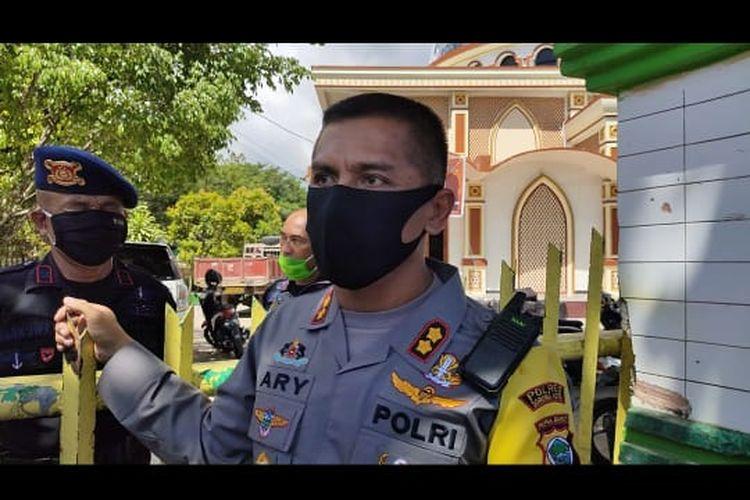 Kapolres Sorong Kota AKBP Ary Nyoto Setiawan memberikan keterangan pers terkait perusakan pangkalan ojek.