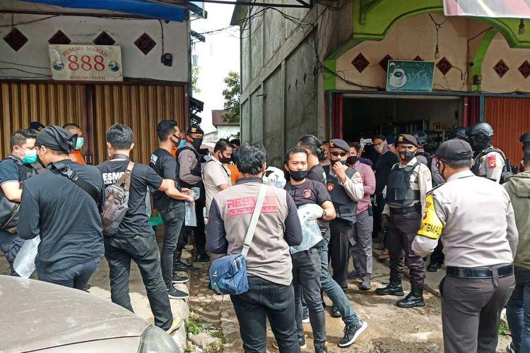 Suasana penangkapan seorang pria terduga terkait ISIS di Jalan Raya Sungai Pinyuh, Kabupaten Mempawah, Kalimantan Barat, Jumat (5/6/2020) sore.