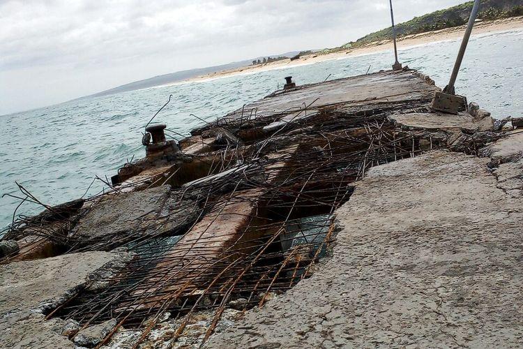 Dermaga di Sabu Raijua, Nusa Tenggara Timur (NTT), yang rusak berat akibat gelombang tinggi, Kamis (1/2/2018).
