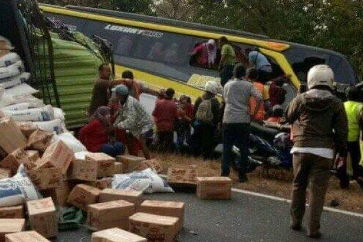 Rombongan bus berisi guru TK dan Paud se-Kecamatan Gresik terlibat kecelakaan di Jalur Pantura, Hutan Baluran, Desa Wonorejo, Kecamatan Banyuputih, Kabupaten Situbondo, Jawa Timur, Kamis (4/7/2019). Satu orang tewas.