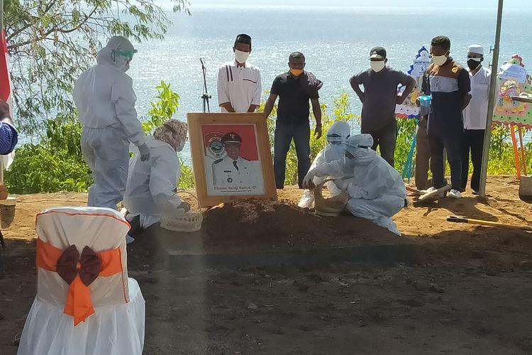 Suasana pemakaman Bupati Lembata Eliaser Yentji Sunur di Kabupaten Lembata, Minggu (18/7/2021).