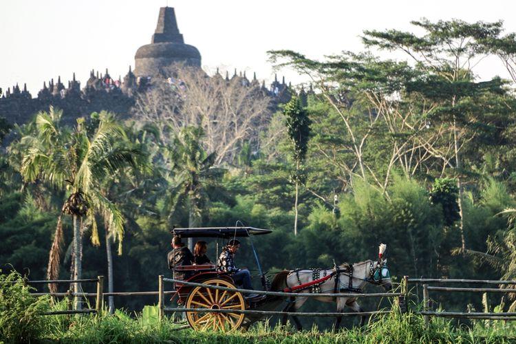 Di Borobudur, kamu bisa melakukan aktivitas berkeliling desa menaiki andong, bersepeda ontel, bermalam di homestay yang terletak di area pedesaan, wisata outbound, rafting, dan menikmati sunrise dari atas bukit.