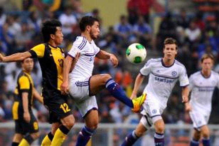 Gelandang Chelsea, Eden Hazard (tengah), ditempel pemain Malaysia XI, Shakir Shaari, pada laga persahabatan di Stadion Shah Alam, Minggu (21/7/2013). pada laga itu, Chelsea menang 4-1. Setelah melawan Malaysia, Chelsea akan menghadapi Indonesia XI pada Kamis (25/7/2013).