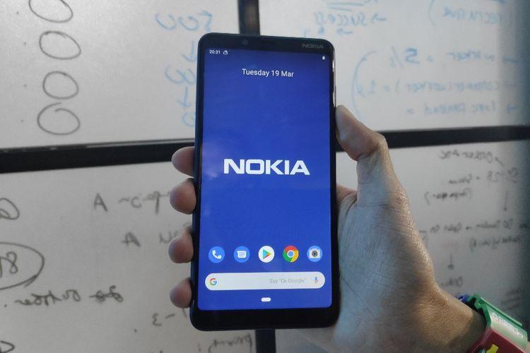 Ilustrasi Nokia 3.1 Plus dalam genggaman
