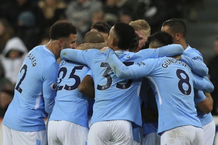 Para pemain Manchester City melakukan selebrasi setelah Raheem Sterling berhasil mencetak gol ke gawang Newcastle United pada laga Premier League, di Stadion St James Park, Rabu (27/12/2017) waktu setempat.