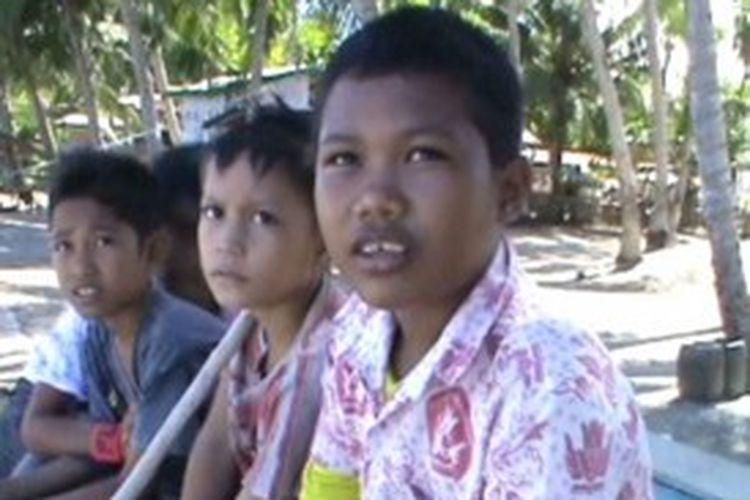 Karena tak mampu dan tak punya uang untuk membayar sewa taksi yang melonjak pascakenaikan harga BBM siswa di pulau terpencil di Polewali Mandar, Sulawesi Barat telantar di dermaga.