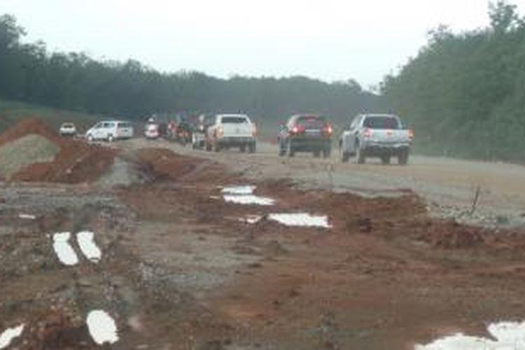 Rombongan Presiden Joko Widodo tiba-tiba saja memasuki kembali proyek pembangunan tol Cikampek-Palimanan yang belum jadi, Jumat (26/12/2014) sore.