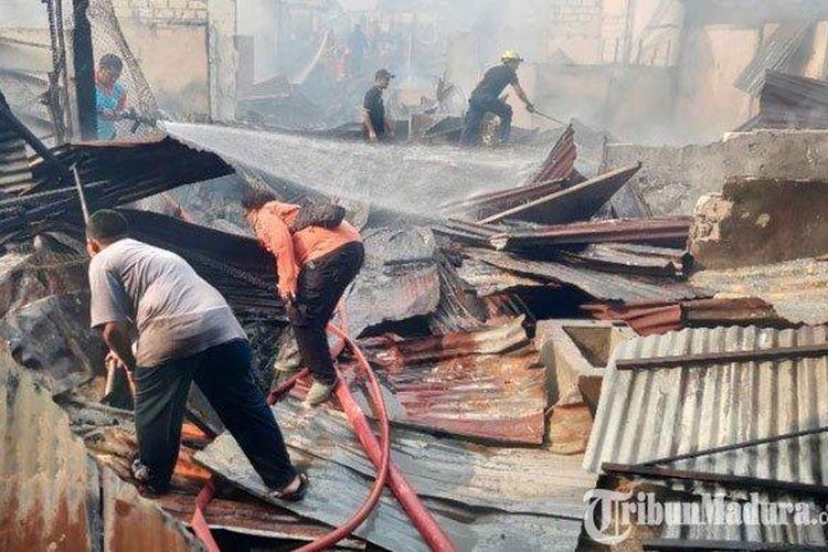 Petugas Damkar Tuban masih mencoba memadamkan api di Pasar Baru Tuban, Rabu (4/3/2020).