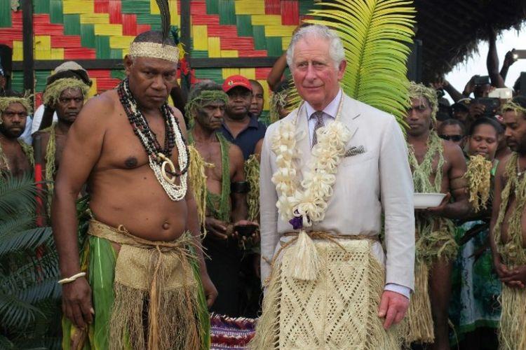 Pangeran Charles (kanan) dari Inggris berdiri bersama Ketua Seni Mao Tirsupe, Presiden Dewan Kepala Malvatumauri, di Nakamal, Port Vila, Vanuatu, Sabtu (7/4/2018). (AFP/Ben Bohane)