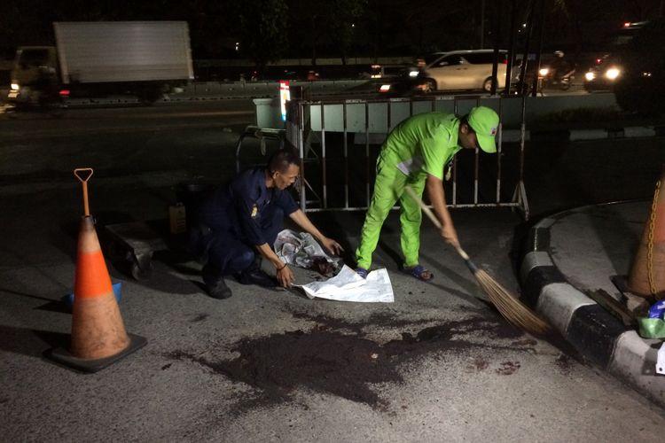Tempat perampokan dan penembakan terhadap Davidson Tantono (30) di SPBU Daan Mogot, Jakarta Barat, tengah dibersihkan pada Jumat (9/6/2017) malam. Davidson dirampok sekelompok orang dan ditembak di kepala hingga tewas.