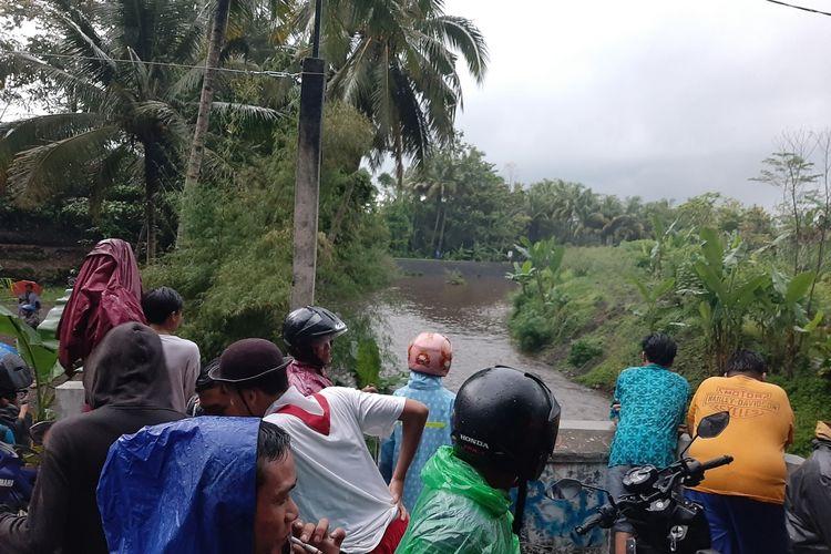 Warga tampak berkerumun diatas jembatan menyaksikan proses pencarian siswa yang hanyut di sungai Sempor.