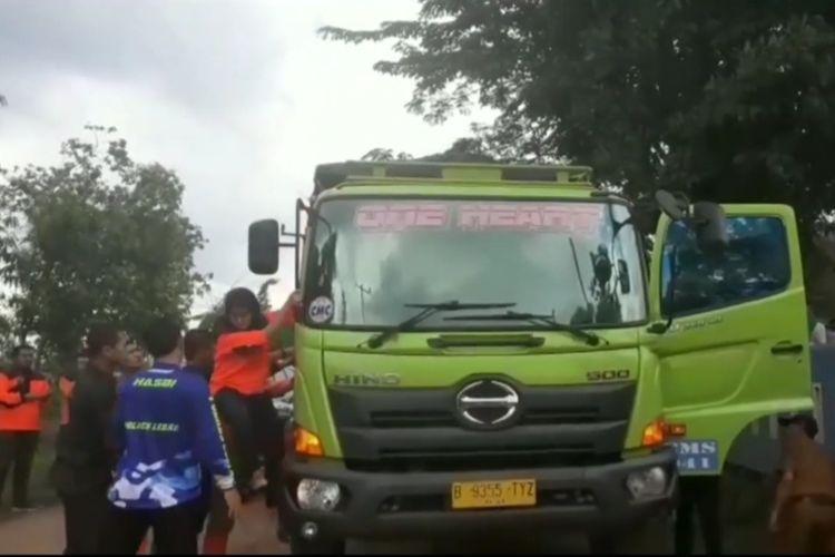 Viral video Bupati Lebak Iti Octavia Jayabaya marah-marah kepada sejumlah sopir truk, Selasa (18/2/2020).