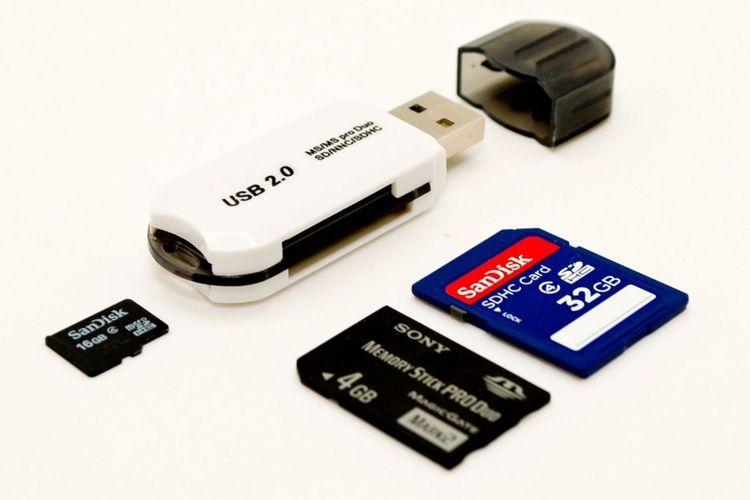 ilustrasi card reader dan memory card