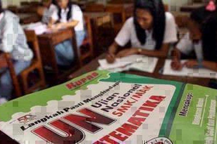 Sejumlah siswa kelas XII SMA Taman Siswa, Kemayoran, Jakarta Pusat, tengah belajar bersama untuk menghadapi Ujian Nasional (UN), Selasa (9/4/2013). Menjelang UN yang akan berlangsung Senin mendatang, mereka mengaku memperbanyak belajar tambahan.