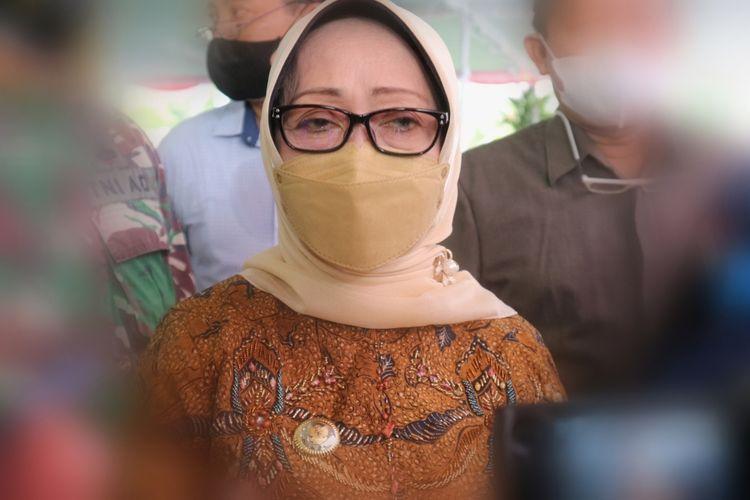 Bupati Jombang Mundjidah Wahab, saat meninjau pelaksanaan vaksinasi Covid-19 di Pendopo Kabupaten Jombang, Jawa Timur, Sabtu (26/6/2021).