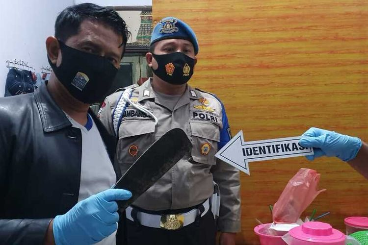 Kapolsek Mojowarno, AKP Yogas, menunjukkan benda tajam yang yang digunakan pelaku untuk membunuh istri dan melukai anaknya. Peristiwa pembunuhan dan penganiayaan itu terjadi di Dusun Ngenden, Desa Rejoslamet, Kecamatan Mojowarno, Kabupaten Jombang, Jawa Timur, Jumat (31/7/2020) malam.