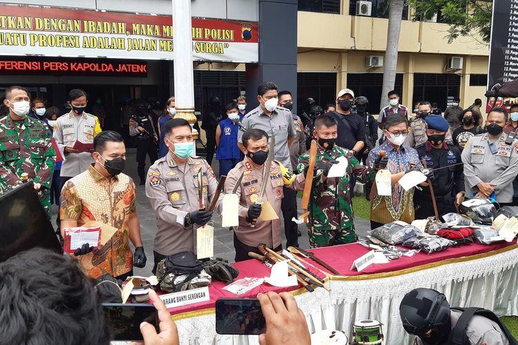 Kapolda Jateng Irjen Pol Ahmad Luthfi dan jajarannya menunjukkan barang bukti yang disita dari penangkapan pelaku aksi premanisme di Mapolresta Solo, Jateng, Jumat (26/2/2021).