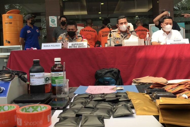 Kapolres Metro Jakarta Selatan, Kombes Pol Azis Andriansyah (tengah) beserta jajarannya merilis kasus penyalahgunaan narkotika jenis tembakau sintetis di Mapolres Metro Jakarta Selatan pada Jumat (28/5/2021) sore.