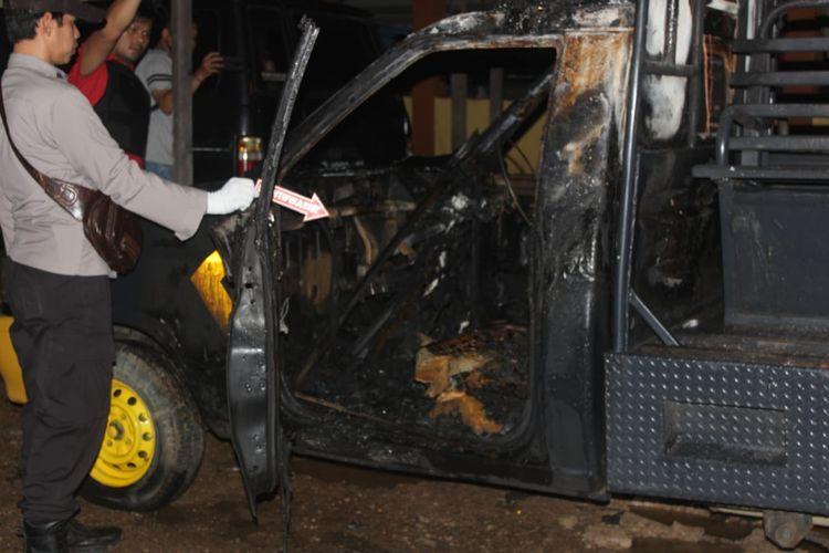 Mobil patroli Polsek Daha Selatan dibakar pelaku sebelum masuk menyerang Bripka Leonarda Latupapua, Senin (1/6/2020).