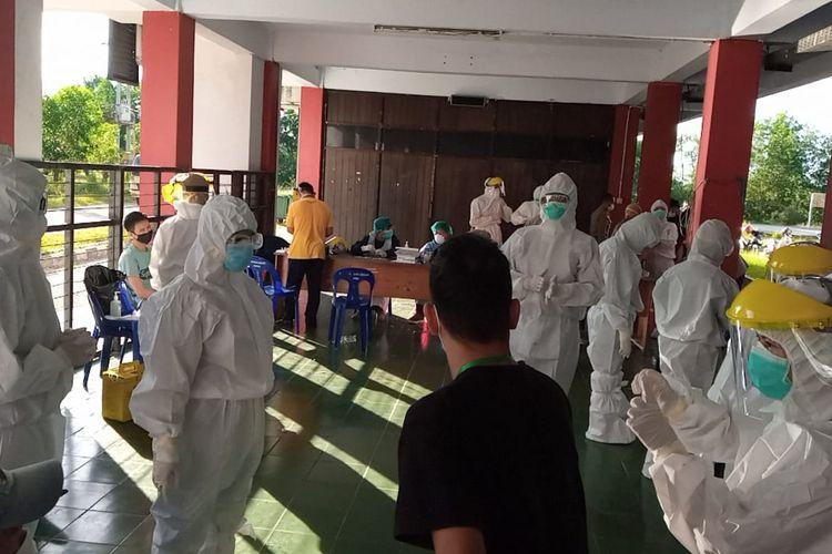 Pemeriksaan antigen TKI deportan oleh tim medis di Rusunawa