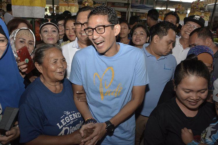 Bakal Calon Wakil Presiden Sandiaga Uno (tengah) berbincang dengan pedagang saat mengunjungi Pasar Sindhu di Sanur, Denpasar, Bali, Minggu (9/9/2018). Sandiaga Uno melakukan kunjungan untuk menyerap aspirasi para pedagang pasar.