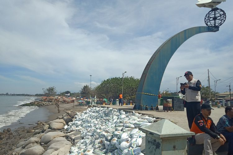 Monumen Merpati Perdamaian di kawasan objek wisata Pantai Padang hampir ambruk akibat abrasi pantai, Kamis (7/11/2019).