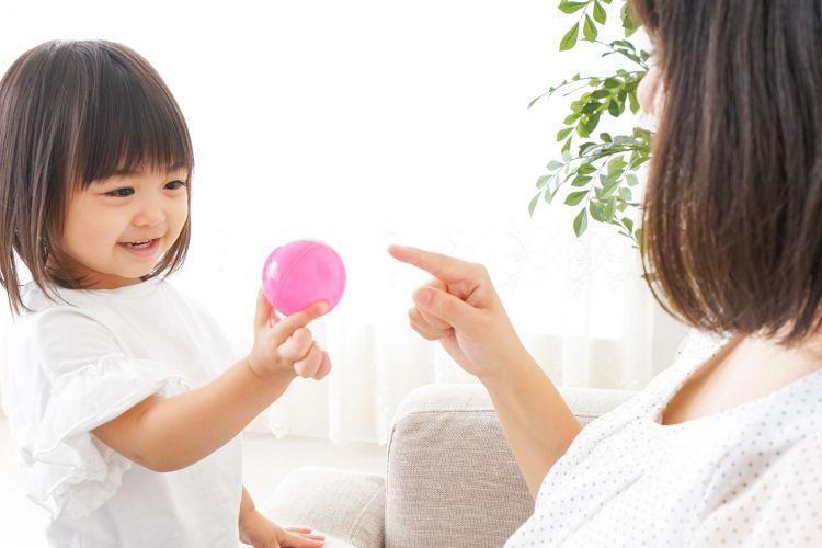 Ilustrasi anak bermain bersama ibu