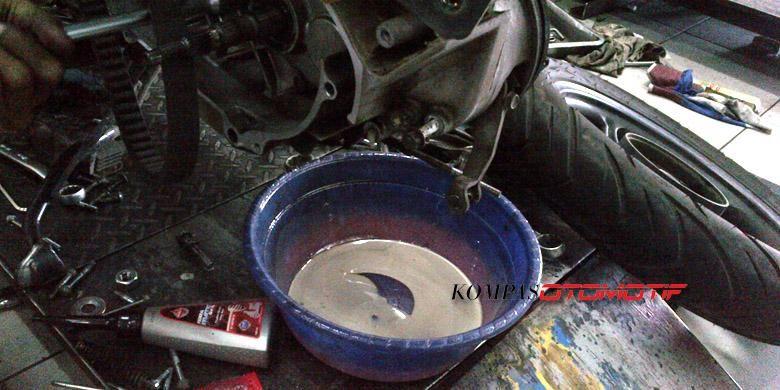Oli gardan yang sudah terkontaminasi air, warna berubah menjadi seperti kopi susu.