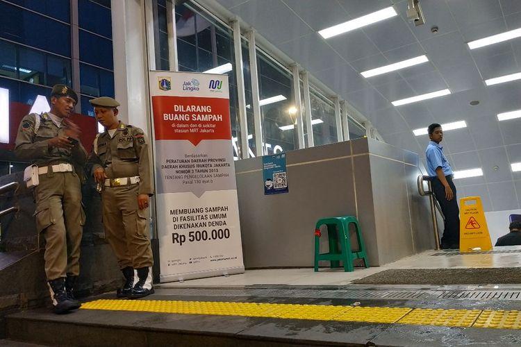 Banner sosialisasi denda bagi warga yang kedapatan membuang sampah sembarangan di stasiun MRT.