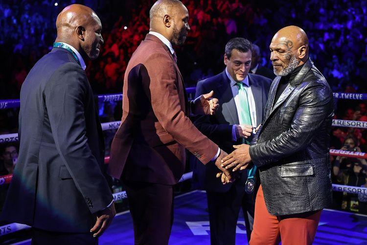 Mantan juara kelas berat Evander Holyfield, Lennox Lewis, dan Mike Tyson mendapat penghormatan sebelum pertarungan kelas berat antara Tyson Fury dan Deontay Wilder pada 22 Februari 2020 di MGM Grand Garden Arena di Las Vegas, Nevada.