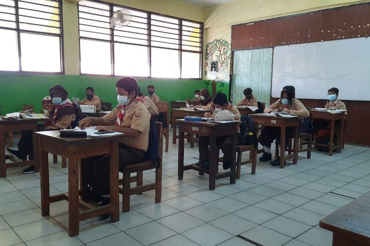 Uji coba sekolah tatap muka tahap dua di SDN Duri Kepa 03, Jakarta Barat, Rabu (9/6/2021).).
