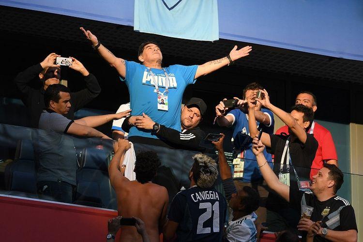 Legenda sepak bola Argentina, Diego Maradona saat menyaksikan laga negaranya melawan Nigeria di Piala Dunia 2018.