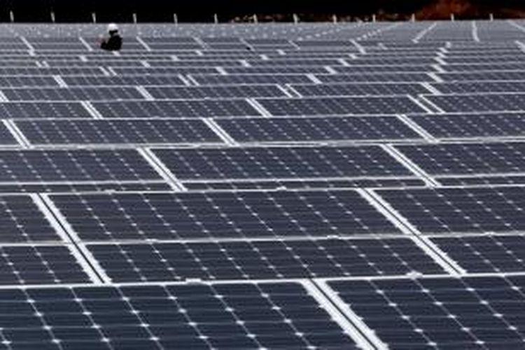 Panel solar berdiri di SoftBank Takasago Solar Park, yang dioperasikan oleh Unit SoftBank Corp 's SB Energy Corp, di Takasago City, Prefektur Hyogo, Jepang. Unit energi SoftBank Corp 's dan mobil Honda Motor Co dan Nissan Motor Co adalah salah satu perusahaan yang sudah terdaftar sebagai pengecer listrik.
