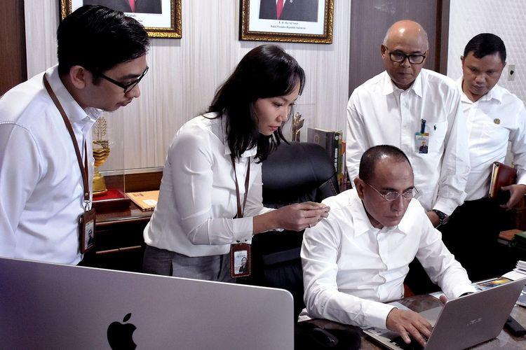 Gubernur Sumut Edy Rahmayadi melakukan Sensus Penduduk Online didampingi petugas BPS Provinsi Sumut di ruang kerjanya, Rabu (19/2/2020)