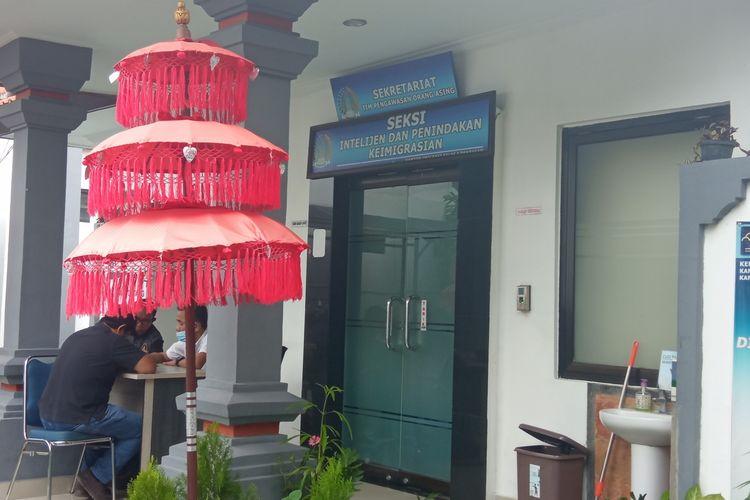 Kantor Seksi Intelejen dan Penindakan Keimigrasian di Kantor Imigrasi Denpasar, Jalan Panjaitan, Denpasar.