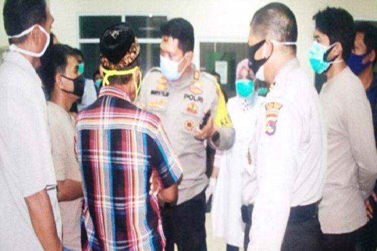 Kapolres Bima Kota, AKBP Haryo Tejo Wicaksono saat memberikan pengertian kepada keluarga pasien di RSUD Bima