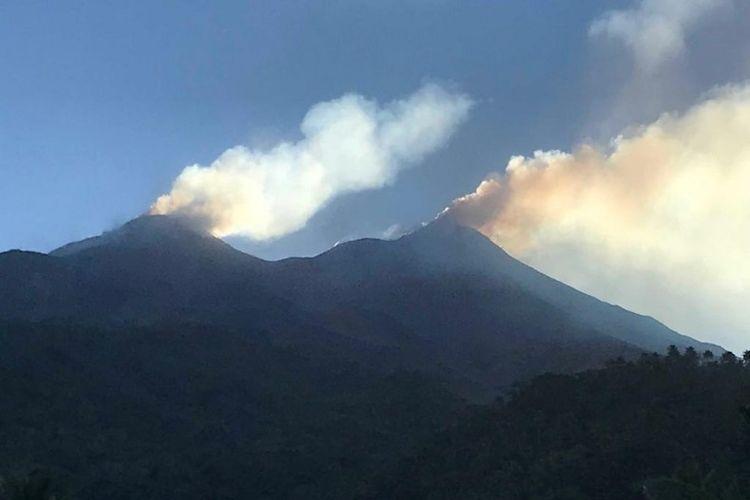 Visual Gunung Karangetang dari Desa Hiung, Kecamatan Siau Barat Utara, Kabupaten Kepulauan Sitaro, saat mengeluarkan asap.