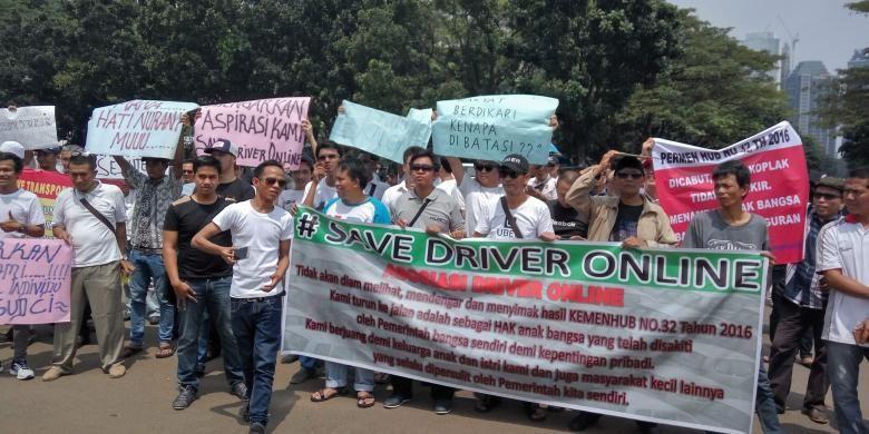 Sejumlah sopir taksi online saat melakukan aksi unjuk rasa di lapangan parkir timur Senayan pada Senin (22/8/2016).