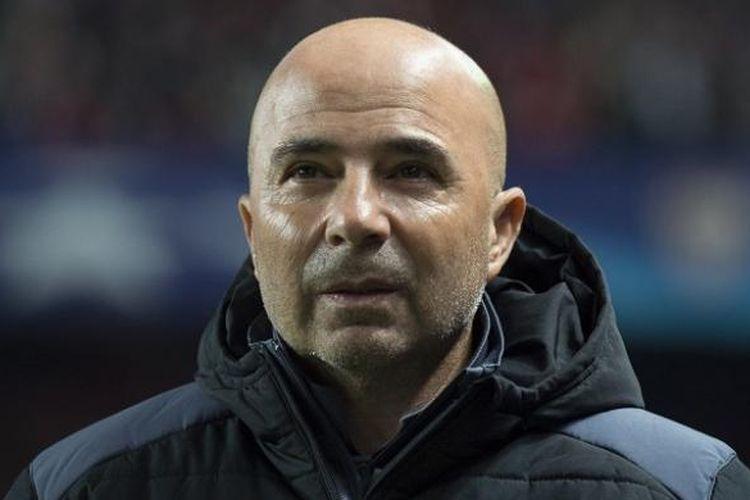 Pelatih Sevilla, Jorge Sampaoli, tengah mendampingi timnya dalam partai Liga Champions kontra Juventus, di Stadion Ramon Sanchez Pizjuan, 22 November 2016.