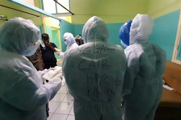 Salah seorang petugas pemulsaraan jenazah RSUD Soekardjo Kota Tasikmalaya, memprotes insentif covid-19 belum cair dan menuliskan cepat cair ingin nikah, Kamis (20/8/2020).