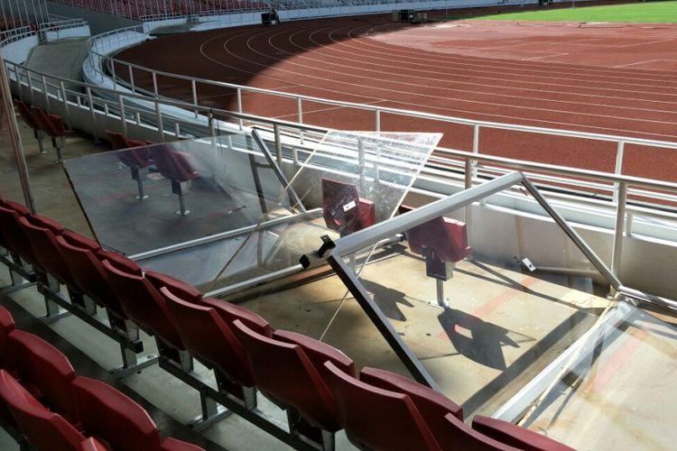 Pembatas akrilik yang membatasi kursi-kursi penonton dan area lapangan di Stadion Utama Gelora Bung Karno, Senayan, Jakarta Pusat, copot pasca-final Piala Presiden. Foto diambil Senin (19/2/2018).