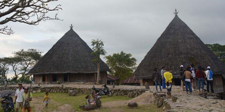 Wisatawan di Kampung adat Mbaru Gendang Ruteng Puu, Kecamatan Langke Ruteng, Kabupaten Manggarai, Flores, Nusa Tenggara Timur salah satu kampung tertua di wilayah Flores Barat.