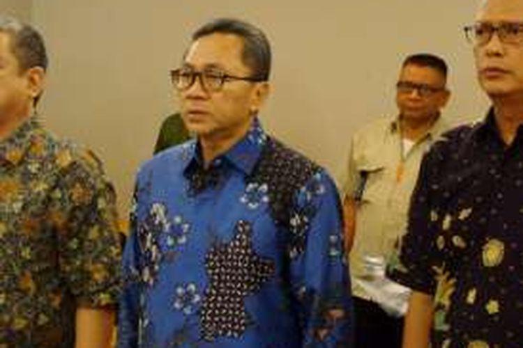 Ketua MPR Zulkifli Hasan (batik biru) dalam diskusi di Padang, Sumatera Utara, Senin (11/4/2016).