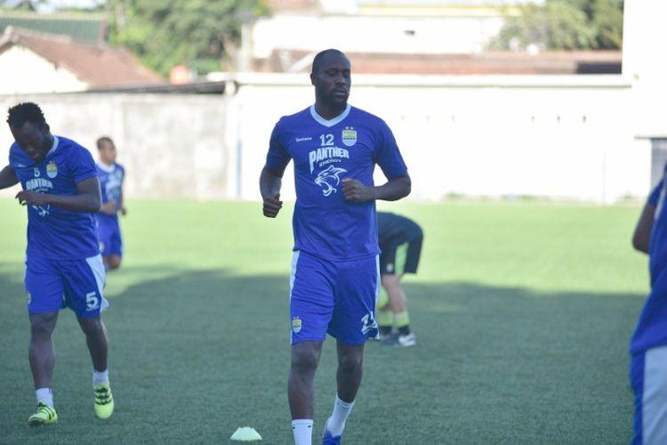 Pemain asing Persib, Carlton Cole, saat menjalani latihan di Lapangan Lodaya, Selasa (1/8/2017) sore.