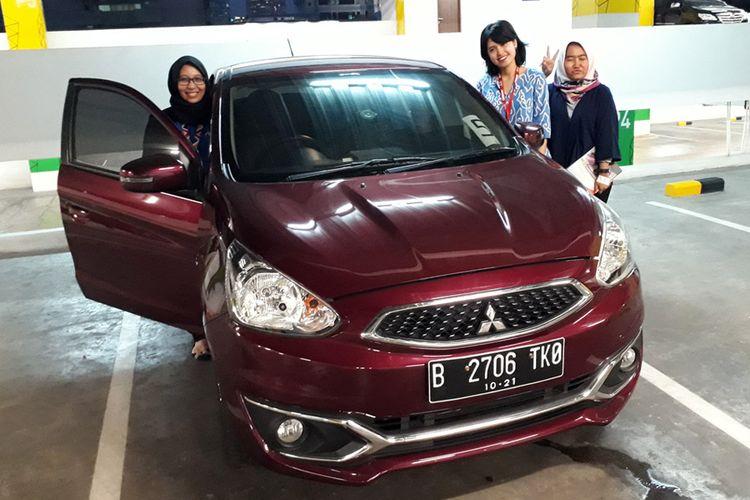 Karyawan wanita mataharimall.com dan Mbiz.com usai menjajal Mitsubishi New Mirage di kawasan Kuningan, Jakarta, (18/5/2017).