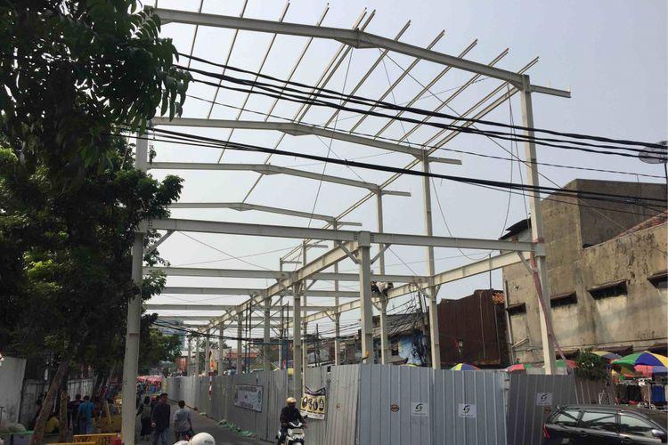 Pembangunan skybridge Tanah Abang memasuki tahap pemasangan rangka bangunan, Kamis (23/8/2018). Rangka jembatan penghubung dari baja itu telah terpasang sekitar 100 meter dari simpang Jalan Jatibaru Raya.