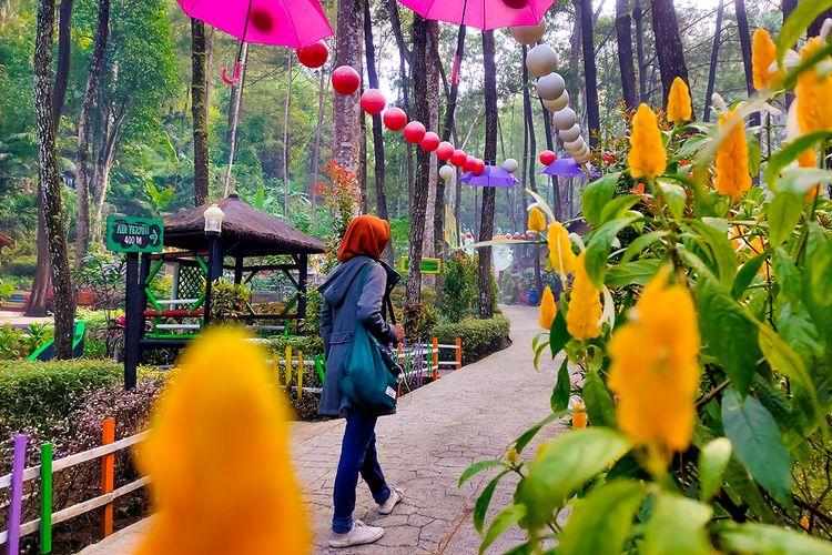 Seorang pengunjung berwisata di Srambang Park Ngawi.