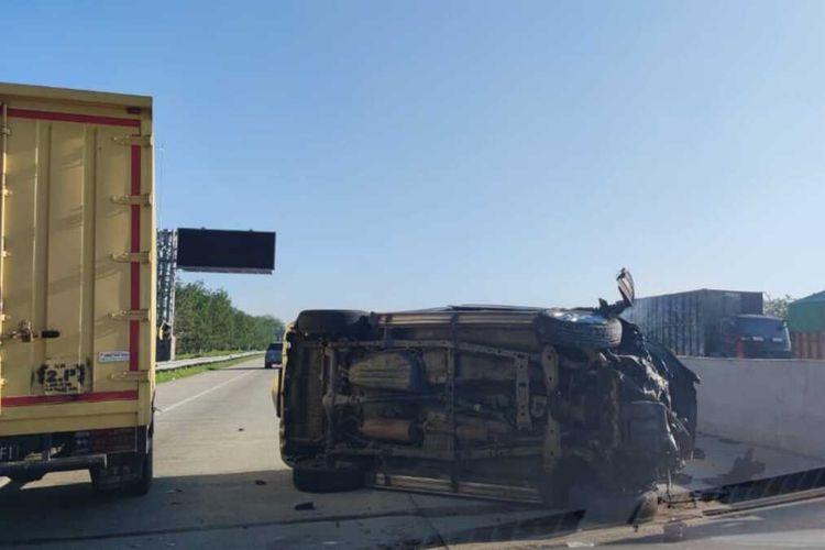 Mobil Daihatsu Terios yang mengalami kecelakaan tunggal akibat ban pecah di Jalan Tol Lampung ruas Terpeka, Kamis (16/9/2021) pagi. Sebanyak 3 orang tewas dalam kecelakaan tersebut.