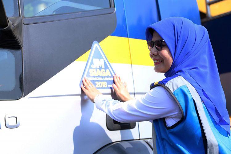 Direktur Utama PT Jasa Marga (Persero) Tbk Desi Arryani menempelkan secara simbolis  sticker bertuliskan  siaga operasional lebaran pada mobil petugas saat apel siaga operasional lebaran di Kantor Jasa Marga, Plaza Tol Taman Mini Indonesia Indah, Jakarta, Senin (7/5/2018). PT Jasa Marga (Persero) Tbk melakukan persiapan arus mudik dan arus balik Lebaran 2018 guna memastikan kelancaran arus lalu lintas kendaraan yang melintas di ruas tol.