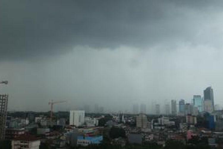 Ilustrasi: cuaca mendung yang menyelimuti Jakarta.